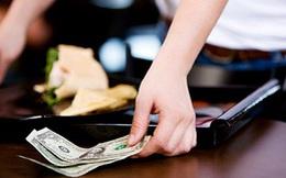 Bất ngờ được bo 500 USD, người bồi bàn không thể tin lý do được cho số tiền đó