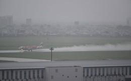 Mưa cả ngày, bãi đậu sân bay Tân Sơn Nhất lại ngập