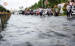 Người Sài Gòn bì bõm lội nước sau cơn mưa lớn
