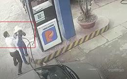 Clip: Nam cán bộ ngân hàng đánh rách đầu nữ nhân viên bán xăng