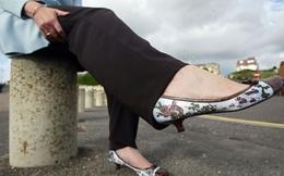 """Bộ sưu tập giày nạm đinh, da báo """"gây choáng"""" của Bà đầm thép thứ 2 nước Anh"""