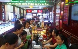 Dân Hà Nội đội mưa, chen chúc nhau mua vàng
