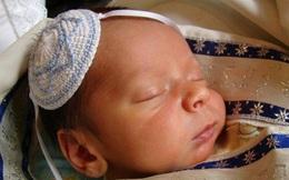 Bà mẹ Do thái nhỏ mật lên sách cho bé liếm để nó luôn nhớ sách rất ngọt ngào