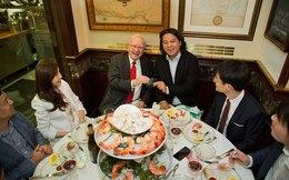 """Warren Buffett sống cả đời giản dị, nhưng mỗi năm 1 lần ông sẽ có một """"bữa ăn triệu đô"""""""