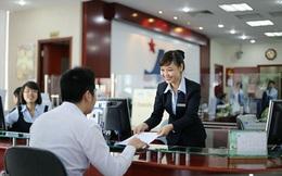Khi bị ngân hàng khác lôi kéo khách vì lãi suất cao hơn, giao dịch viên phải làm thế nào?