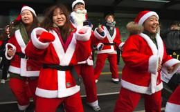 """""""Ông già Noel"""" diễu hành phản đối Tổng thống Hàn Quốc"""