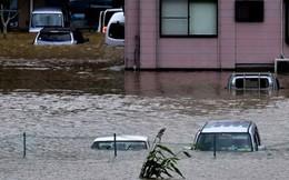 Xe hơi trôi như thuyền giấy khi bão tràn qua Nhật
