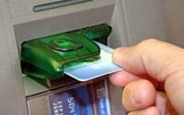Hai người nước ngoài dùng thẻ ATM giả rút tiền ngân hàng