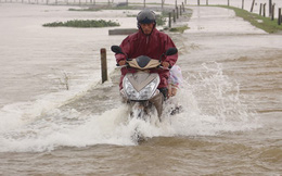 Nước bủa vây, người dân liều mình di chuyển trong lũ