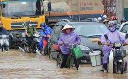 Đường Hà Nội thành sông, ùn tắc kinh hoàng dưới mưa