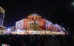 Hàng nghìn người chen nhau ở phố đi bộ đón không khí Noel