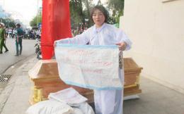 Mặc đồ tang, mang quan tài phản đối ngân hàng phát mãi khách sạn