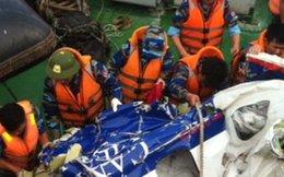 Ngư dân phát hiện thi thể bị cuộn trong dù
