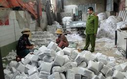 Đột kích xưởng giấy vệ sinh giả thu hơn 10 tấn nguyên liệu