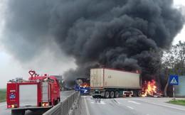 Ôtô khách cháy trơ khung sau va chạm xe container