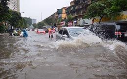 """Người Hà Nội """"bơi"""" trong biển nước sau trận mưa như trút"""