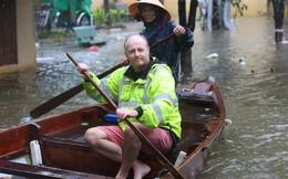 Du khách nước ngoài thích thú lội nước, chụp hình trong lũ ở Hội An