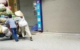 Khoảnh khắc đẹp: Được nghỉ lễ ở nhà, cậu bé phụ giúp mẹ đẩy chiếc xe rác cồng kềnh