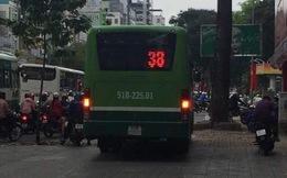 Xe buýt đi trên vỉa hè ở trung tâm TP.HCM khiến nhiều người bức xúc