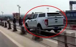 Xe biển xanh lao vun vút vào đường cấm trên cầu Thanh Trì