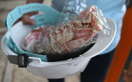 Trả phí BOT bằng tiền lẻ trong chai nhựa: Công an có xử lý được?