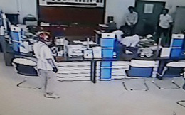 VIDEO: Kẻ cướp chĩa súng khống chế nhân viên ngân hàng ở Vĩnh Long