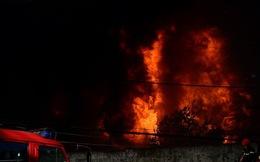 Hàng trăm cảnh sát đang chữa cháy cực lớn công ty nhựa ở vùng ven Sài Gòn