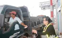 Tài xế tiếp tục dùng tiền lẻ mua vé qua trạm BOT ở Bình Định