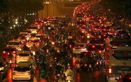 Hàng ngàn người dân Thủ đô chôn chân trong mưa rét vì tắc đường