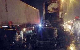 Xe container cháy trơ khung trên cầu Thanh Trì
