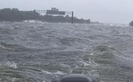 Biển sóng dữ dội như ngoài đại dương này chính là tuyến đường cao tốc tại Texas sau bão Harvey