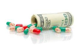 Không chỉ chi tiền tỷ ra nước ngoài chữa bệnh, người dân Việt Nam cũng phải chi hàng tỷ USD mua thuốc tây