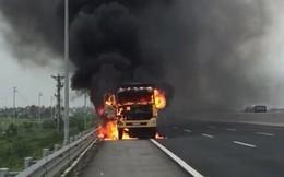 Xe tải cháy trơ khung trên cao tốc hiện đại nhất Việt Nam