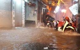 Mưa lớn khiến nhiều tuyến đường của Hà Nội ngập sâu trong đêm tối