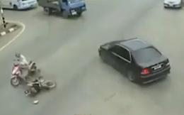 Cách hành xử đáng suy ngẫm: Xe máy bỏ chạy sau tai nạn, ô tô dừng lại ân cần giúp đỡ