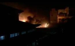 Hà Nội: Cháy lớn trong đêm tại chợ Dịch Vọng, lửa bốc dữ dội