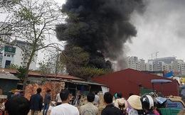 Hà Nội: Cháy lớn tại kho hàng cạnh khu đô thị mới Yên Hòa, khói đen bốc cao hàng chục mét