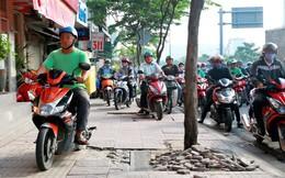 Vỉa hè TPHCM hư hỏng nặng, sao xe máy cứ leo lề?