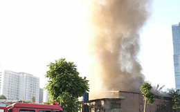 Cháy lớn tại bãi tập kết vật liệu xây dựng gần Tổng cục Hải quan