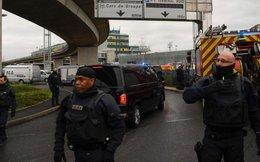 Giật vũ khí của binh sĩ, một người bị cảnh sát bắn chết tại sân bay ở Paris