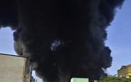 Chùm ảnh: Cảnh sát vật lộn ngăn chặn đám cháy khổng lồ từ nhà máy nhựa