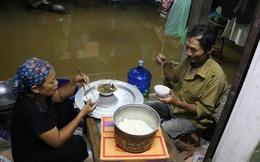 """Chùm ảnh: Cuộc sống """"trên giường, dưới nước"""" của dân vùng lũ ở Hà Nội"""