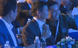 Jack Ma vui vẻ chụp ảnh selfie cùng người hâm mộ Việt