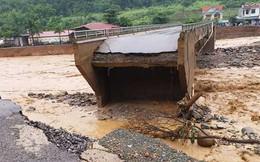 Video: Cận cảnh lũ quét cuốn sập cầu ở Sơn La