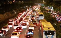 Hàng ngàn phương tiện xếp hàng trên đại lộ đẹp nhất TPHCM trong đêm cuối tuần