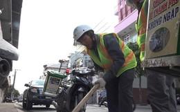 """Những """"người hùng"""" cứu hố ga ngập rác nhằm chống ngập ở Sài Gòn"""