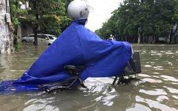 """Nghệ An: Nhiều tuyến đường ngập tới 1m, người đi đường """"bơi"""" trong nước"""
