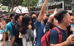 Người Việt xếp hàng mua iPhone X ở Singapore: Cầm hơi bằng socola, chen lấn đến ngạt thở