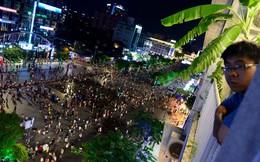 Phố đi bộ Nguyễn Huệ đông đúc người đi 'giải nhiệt'