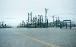 Nhiều nhà máy lọc dầu đóng cửa do bão, giá dầu xuống đáy 1 tháng